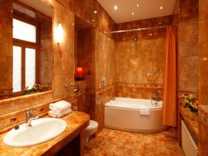 A bathroom at Hotel Europejski