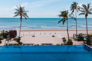 The swimming pool at or near Dhevan Dara Beach Villa Kuiburi