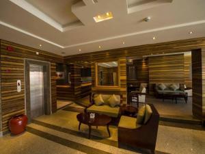 Uma área de estar em Lafontaine Al Shrooq Suites