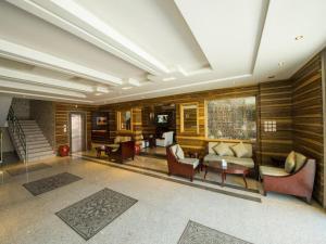 O saguão ou recepção de Lafontaine Al Shrooq Suites