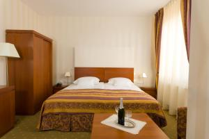 A bed or beds in a room at Pension Palazzo