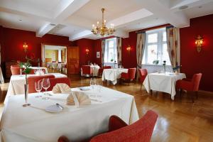A restaurant or other place to eat at Schloss Eberstein