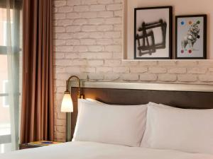 A bed or beds in a room at Mondrian London Shoreditch