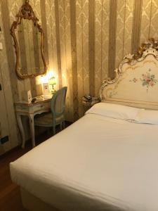 سرير أو أسرّة في غرفة في فندق كارلتون أون ذه غراند كانال