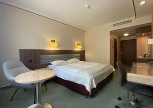 Łóżko lub łóżka w pokoju w obiekcie Hotel Ambasador Chojny