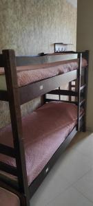 Двухъярусная кровать или двухъярусные кровати в номере Хостел Русь