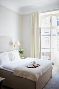 A bed or beds in a room at Hotel Diplomat Stockholm