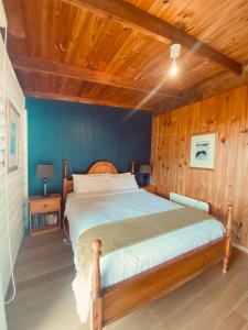A bed or beds in a room at Glenaire Cottages