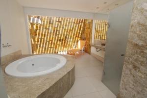 A bathroom at Raru's Motel Litoral Norte (Adult Only)