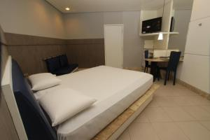 A bed or beds in a room at Raru's Motel Litoral Norte (Adult Only)