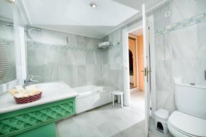 Een badkamer bij Aparthotel Monarque Sultán