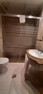 A bathroom at Hotel Azahar