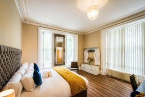 A bed or beds in a room at Rosedene Highland House Apartments, Central Inverness