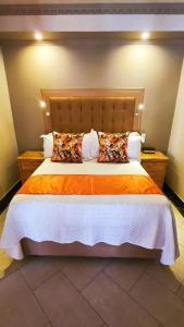 A bed or beds in a room at LilyPark Lodge