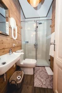 Ванная комната в Cosmos Collection Izumrudny Les Hotel