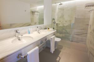 Een badkamer bij CM Playa del Moro