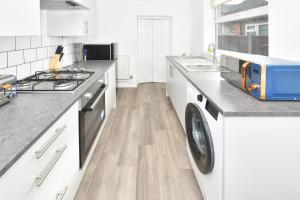 A kitchen or kitchenette at Keary House - A Skandi-cool Townhouse in the heart of Stoke!