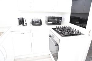 A kitchen or kitchenette at Roundway Villa