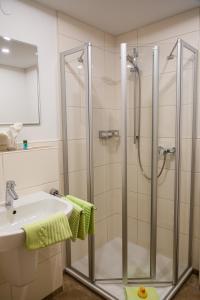 Ein Badezimmer in der Unterkunft Landgasthof May