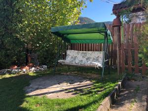Градина пред Nia Guest House