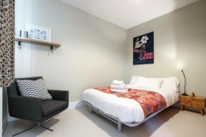 A bed or beds in a room at Tranquil 2 Bedroom Home in Totterdown