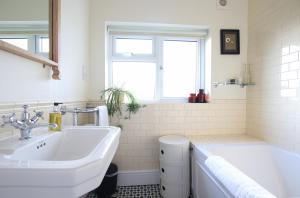 A bathroom at Tranquil 2 Bedroom Home in Totterdown
