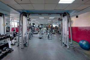 The fitness center and/or fitness facilities at Howard Johnson Plaza by Wyndham Dubai Deira