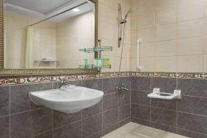 A bathroom at Howard Johnson Plaza by Wyndham Dubai Deira