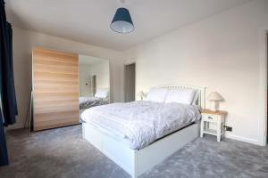 A bed or beds in a room at Contemporary Home in Friendly Easton, Free Parking