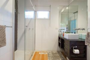 A bathroom at Our Escape at Rye - Modern Beachouse