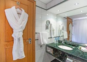 Ванная комната в Crowne Plaza Dubai, an IHG Hotel