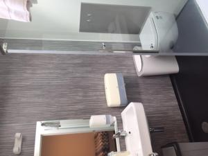 A bathroom at YHA Queenstown Lakefront