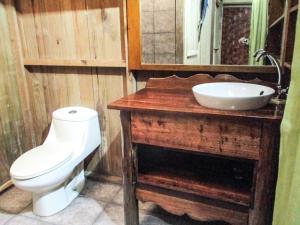 Um banheiro em Hotel Kangaroo Rio Dulce