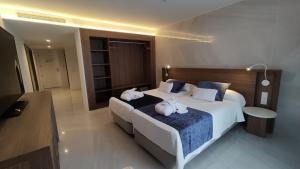 سرير أو أسرّة في غرفة في El Puerto Ibiza Hotel Spa