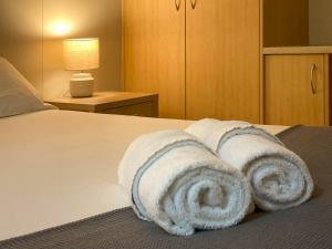 A bed or beds in a room at Lake Tyrrell Accommodation LTA