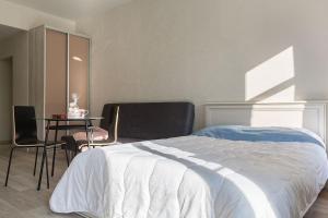 Кровать или кровати в номере Апартаменты с камином