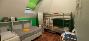 Двухъярусная кровать или двухъярусные кровати в номере Хостел Кислород O2