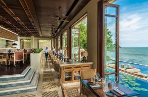 A restaurant or other place to eat at Four Seasons Resort Bali at Jimbaran Bay