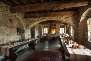 A restaurant or other place to eat at Eremito