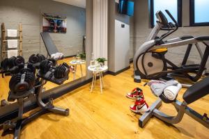 Gimnasio o instalaciones de fitness de The Midtown Hotel