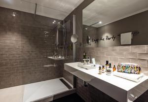 Un baño de The Midtown Hotel