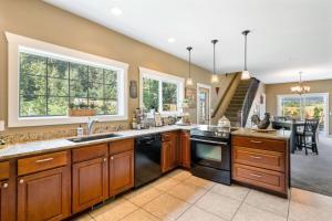 A kitchen or kitchenette at Granite Hills Inn