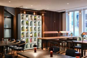 The lounge or bar area at Hilton Cologne