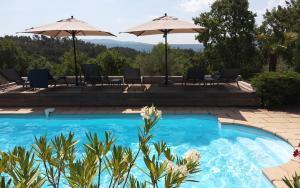 Der Swimmingpool an oder in der Nähe von Le Chant du Coeur