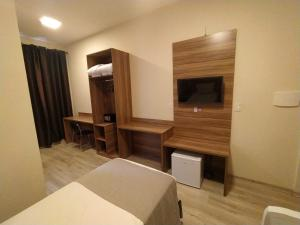 Uma TV ou centro de entretenimento em Minas Platinum Hotel & Convention