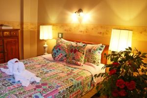 A bed or beds in a room at Hotel Auberge Manoir Ville Marie