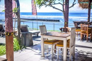 A restaurant or other place to eat at Bali Santi Bungalows