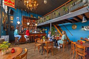 De lounge of bar bij Stayokay Hostel Haarlem