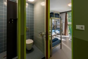 Een badkamer bij Stayokay Hostel Haarlem