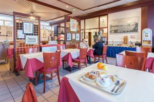 A restaurant or other place to eat at Hôtel Les Gens De Mer Le Havre by Popinns